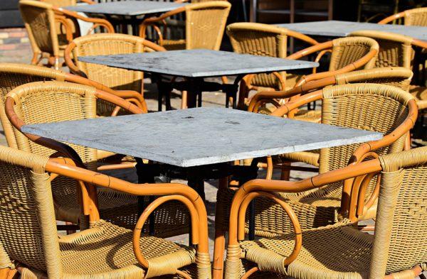 chaises en bambou et rotin et table en marbre